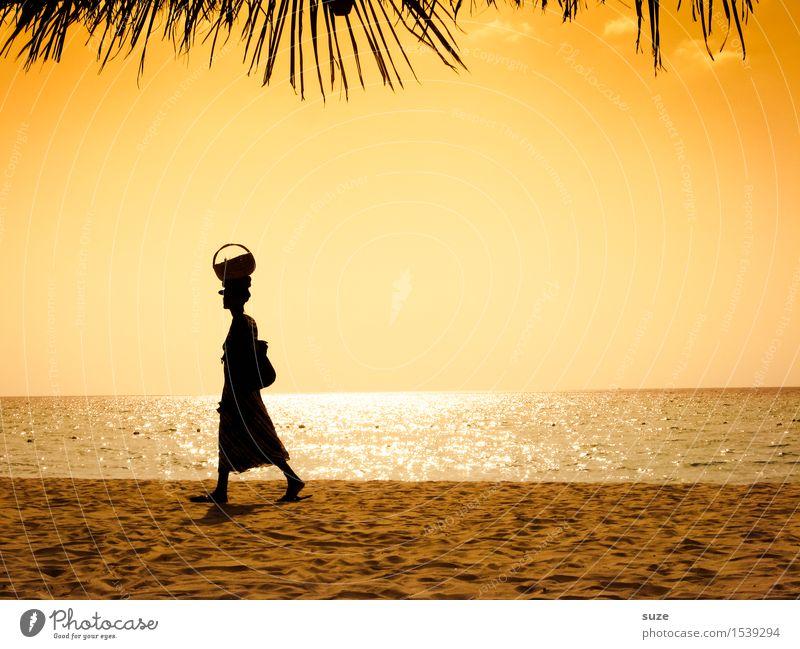 Kopfarbeit exotisch Meer Arbeit & Erwerbstätigkeit Mensch feminin Junge Frau Jugendliche Erwachsene Sand Wolkenloser Himmel Wärme Küste Strand tragen Armut gelb