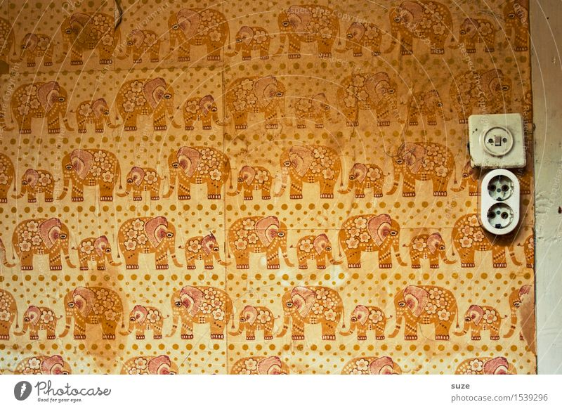 Kinderstube Design Dekoration & Verzierung Tapete Kinderzimmer Kindheit Traurigkeit alt dreckig retro gelb orange Einsamkeit Angst Verzweiflung verstört