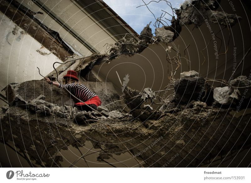 maulaffen Frau Beton gefährlich kaputt Baustelle Vergänglichkeit verfallen Hut Rock entdecken Verfall Am Rand Draht Demontage Entwicklung Fortschritt