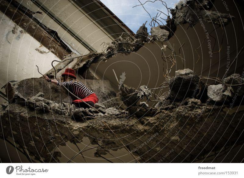 maulaffen Verfall Demontage Hut Rock Baustelle Beton Draht kaputt gefährlich Blick entdecken Am Rand Entwicklung verfallen Vergänglichkeit Frau Fortschritt