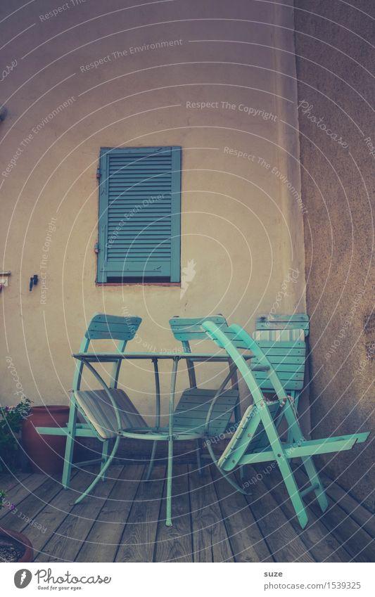 Glaube versetzt auch Stühle Ferien & Urlaub & Reisen alt blau Sommer Fenster trist retro warten Kultur einfach geschlossen historisch Pause Vergangenheit Stuhl