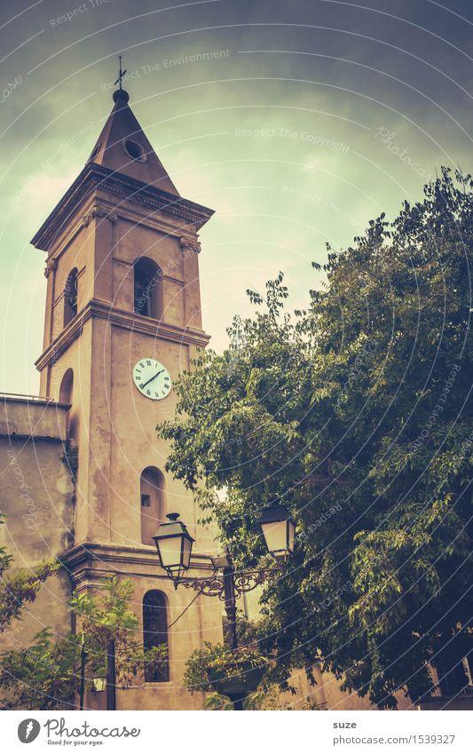 Lass mal die Kirche im Dorf Ferien & Urlaub & Reisen alt Stadt Sommer Baum Reisefotografie Wärme Religion & Glaube Zeit Zufriedenheit retro Kirche Kultur malerisch Vergänglichkeit Vergangenheit