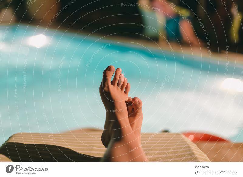 Chillen am Pool Lifestyle elegant Stil Freude Haut Leben harmonisch Freizeit & Hobby Spielen Abenteuer Freiheit Häusliches Leben Traumhaus Schwimmbad