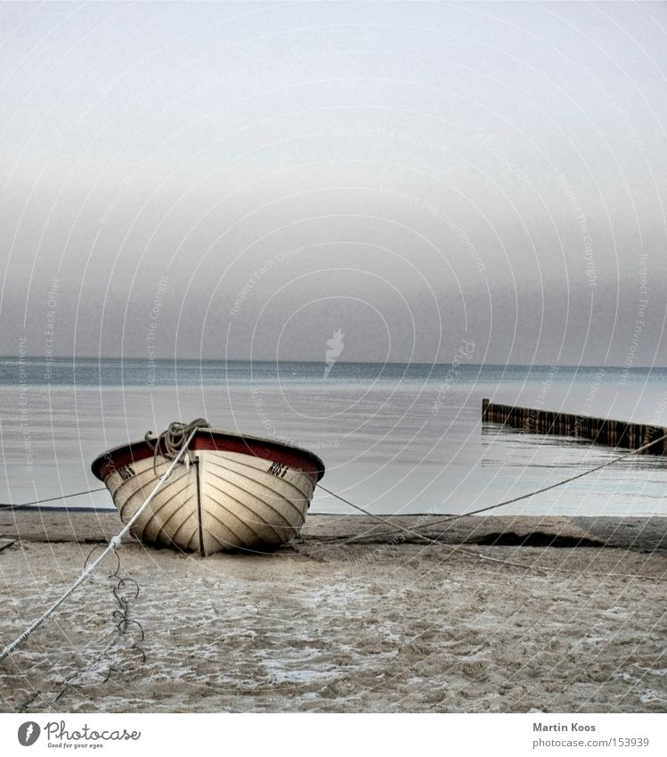 gestrandet pt.ii Wasser schön Meer blau Winter Strand ruhig Einsamkeit kalt Erholung Traurigkeit Wasserfahrzeug Küste trist Insel Romantik