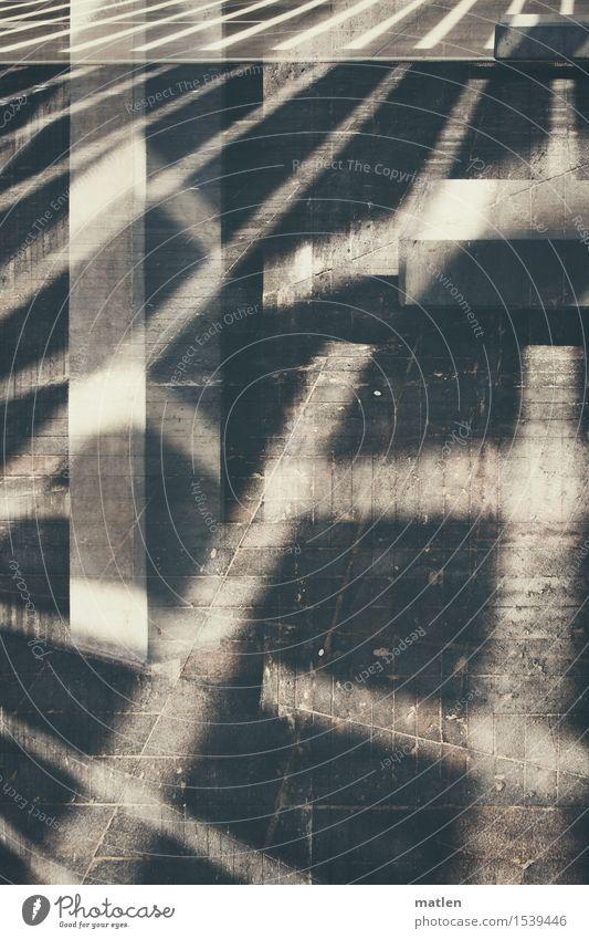Licht und Schatten Menschenleer Platz braun grau weiß Beton Heftpflaster Doppelbelichtung Traverse konstruiert Schattenspiel Farbfoto Gedeckte Farben