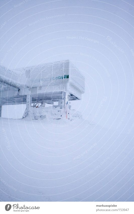 ausstieg panoramabahn obertauern Winter Schnee Berge u. Gebirge Eis Station Österreich Schneebedeckte Gipfel alpin Neuschnee Tiefschnee Schneedecke Winterstimmung Wetterumschwung Bergstation Vor hellem Hintergrund
