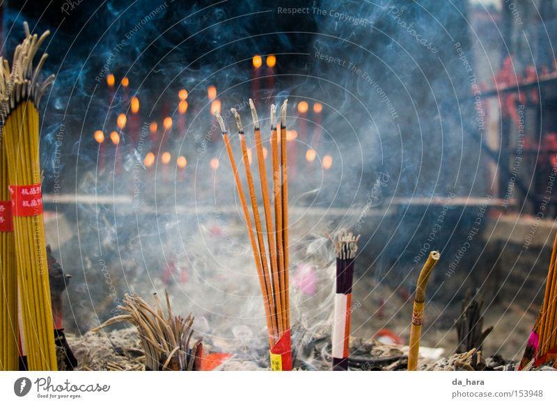 Wenn Buddha raucht Religion & Glaube Brand Feuer Asien Rauch China Tempel Buddha Gotteshäuser Buddhismus Räucherstäbchen