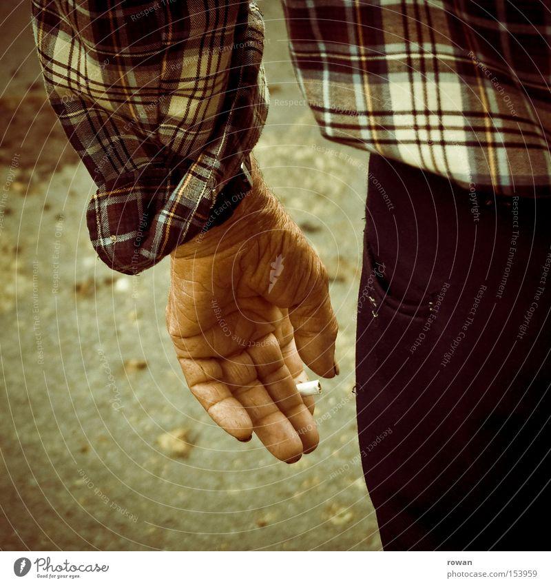 raucherpause Mann alt Senior Hand dreckig Hautfalten Arbeiter Rauchen Tabakwaren Zigarette Rauchpause maskulin Amerika