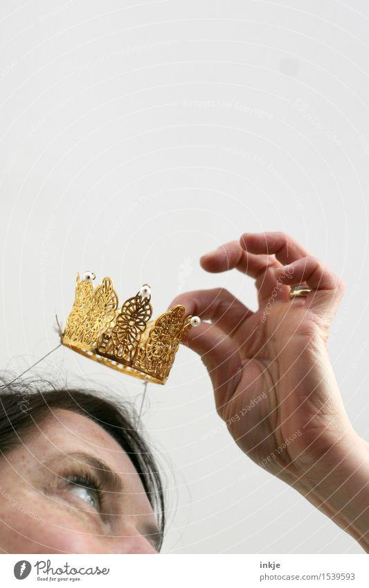 Gestatten, Prinzessin. Mensch Frau Hand Freude Gesicht Erwachsene Leben Gefühle Lifestyle Feste & Feiern Party Stimmung Freizeit & Hobby gold Fröhlichkeit Gold