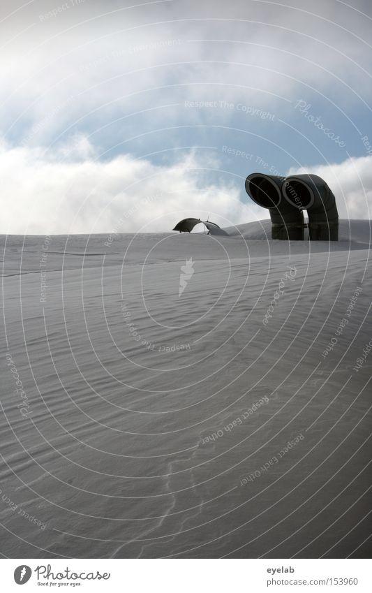 Schneeklimatisierung Abluft Schornstein Dach Himmel Wolken Winter kalt Klimaanlage Belüftung weiß Gebäude Detailaufnahme zuluft Eis Röhren paarweise