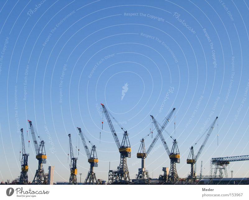 Stillstand der Giganten Hamburg Himmel blau Meer Bewegung Business Wasserfahrzeug Deutschland Arbeit & Erwerbstätigkeit groß Industrie Baustelle