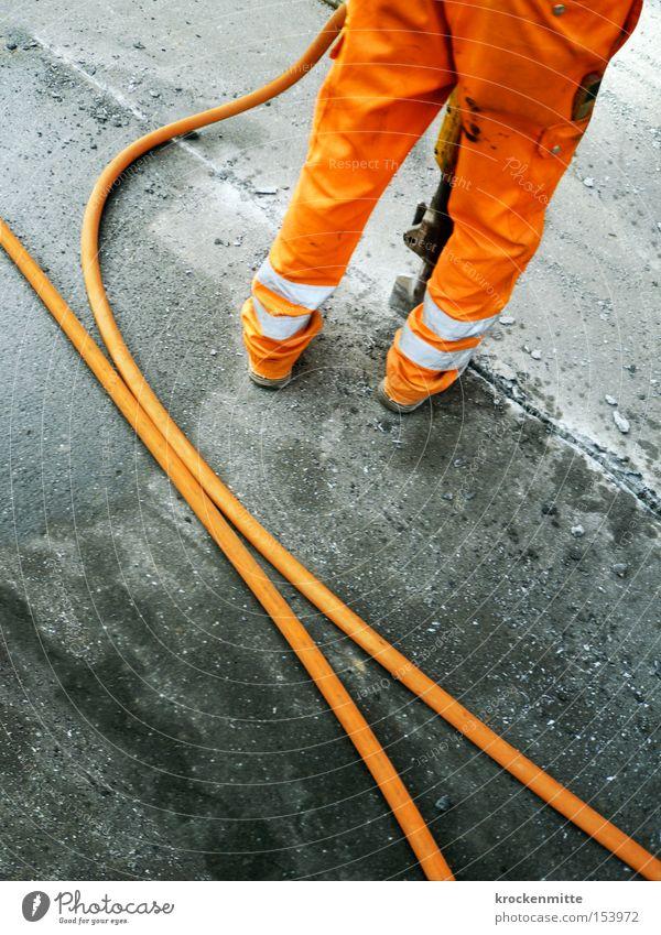 The future is orange Mann Straße Arbeit & Erwerbstätigkeit grau Asphalt Streifen Schlauch Arbeiter Teer Arbeitsbekleidung Straßenbau
