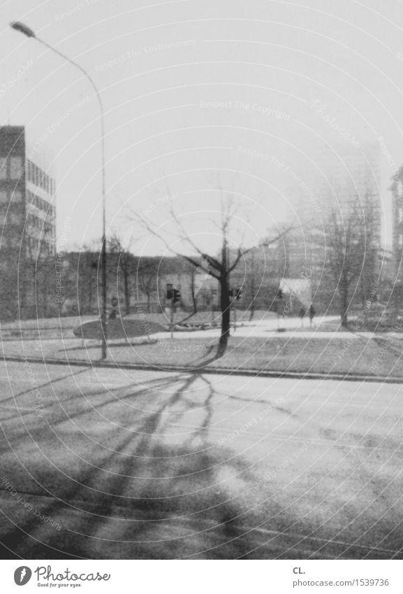 experiment   abgelaufener film Mensch Stadt alt Baum Haus Winter Straße Herbst Wege & Pfade Verkehr Hochhaus retro Schönes Wetter Laterne Verkehrswege