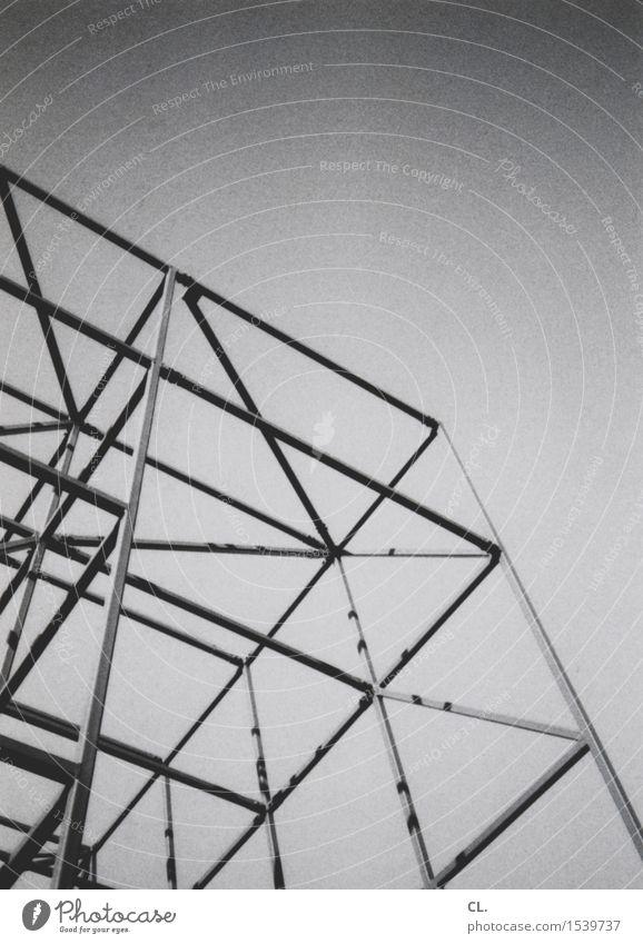 gerüst Baustelle Wolkenloser Himmel Schönes Wetter Gebäude Architektur Gerüst Baugerüst eckig komplex Schwarzweißfoto Außenaufnahme abstrakt Menschenleer