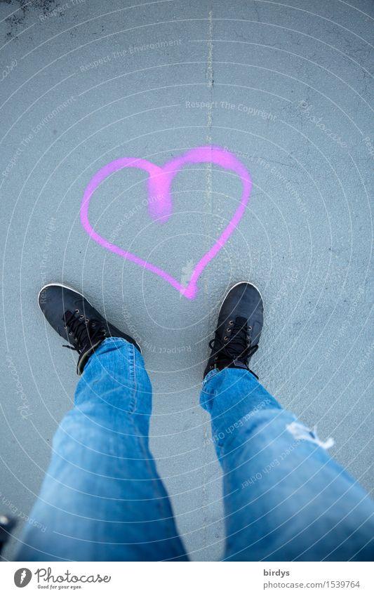 Herz-Stillstand Lifestyle maskulin feminin Beine 1 Mensch 18-30 Jahre Jugendliche Erwachsene 30-45 Jahre 45-60 Jahre Jeanshose Schuhe Zeichen Graffiti berühren