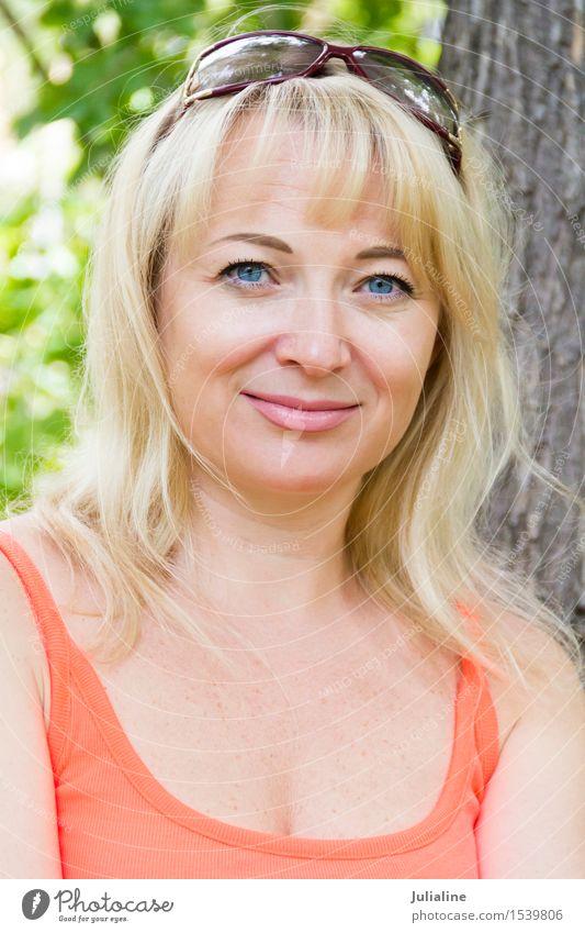 Europäische blonde Frau mit dem langen Haar blau weiß Mädchen Erwachsene Behaarung Europäer Dame Kaukasier 30-45 Jahre