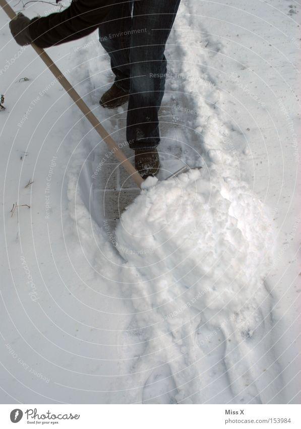 Schneeeeeschooorn* Winter Arbeit & Erwerbstätigkeit Schaufel Straße Wege & Pfade kalt schaufeln Schneehaufen Hausordnung Bürgersteig Farbfoto Außenaufnahme