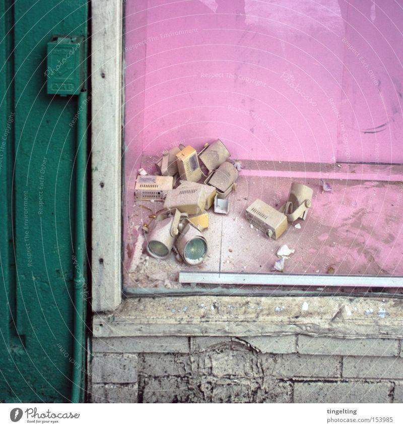 schau, fenster! alt grün Einsamkeit Farbe Lampe dreckig rosa Fassade kaputt verfallen Staub graphisch frontal Schaufenster