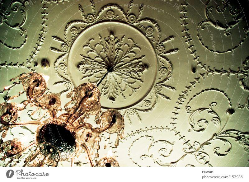 stuck+lüster Stuck Dekoration & Verzierung antik altmodisch Decke Stuckdecke Licht Deckenlampe Lampe Kronleuchter Detailaufnahme Kristallstrukturen