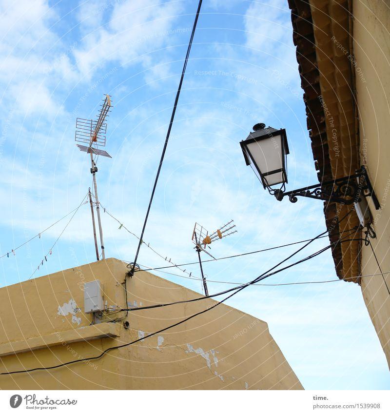 Empfangspersonal Himmel Stadt Wolken Wand Mauer Fassade Energiewirtschaft Perspektive Technik & Technologie Telekommunikation Dach Kabel festhalten
