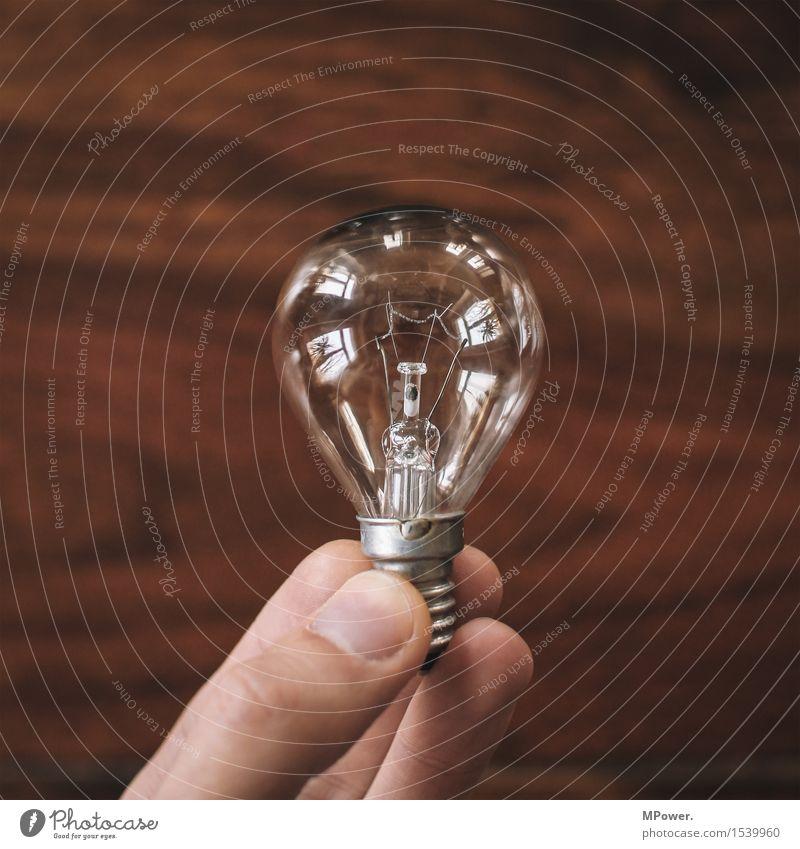 die fassung verloren Energiewirtschaft Erneuerbare Energie Energiekrise Mensch Hand Finger alt Glühbirne kaputt Energie sparen Verbote Daumen stoppen Recycling