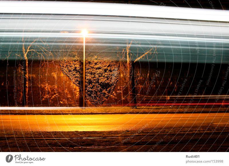 durchs bild Winter Straße Wand Geschwindigkeit fahren Gleise Schweiz Laterne Langzeitbelichtung Verkehrswege vergangen Straßenbahn horizontal quer Schichtarbeit Basel