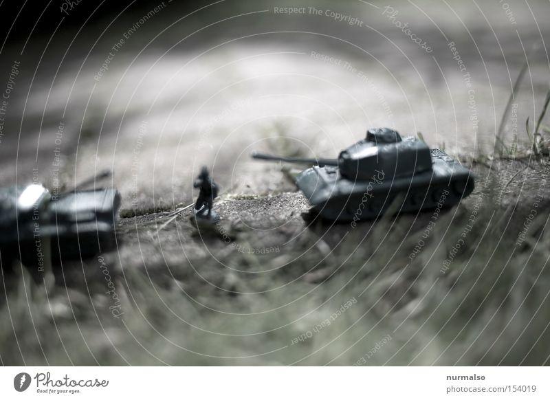 Scheiß Krieg! Soldat Panzer Tod dumm Bombe Explosion Frieden Verhandlung Gegner Versöhnung Angst Flucht Befehl Gewehr Wut Ärger Panik Trauer Verzweiflung Granat