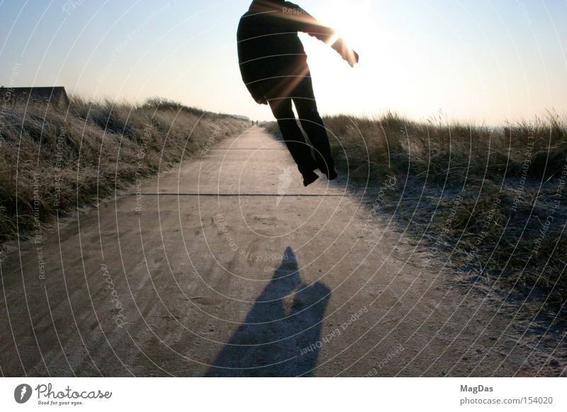 Jumpmich2 Winter kalt Himmel Freude Schatten Sonne Mann Luft springen Wege & Pfade Freiheit Außenaufnahme Insel Stranddüne Energiewirtschaft