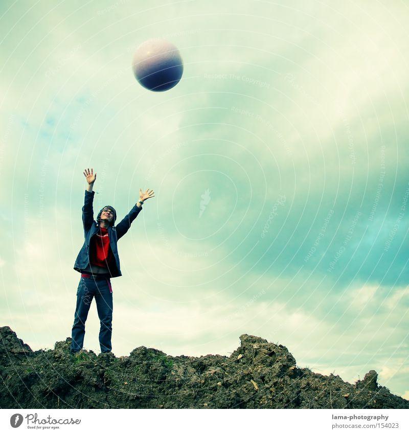 Up in space Mensch Mann Himmel fliegen Luftverkehr Ball fangen Weltall Mond Schweben werfen Planet loslassen Himmelskörper & Weltall Schwerelosigkeit
