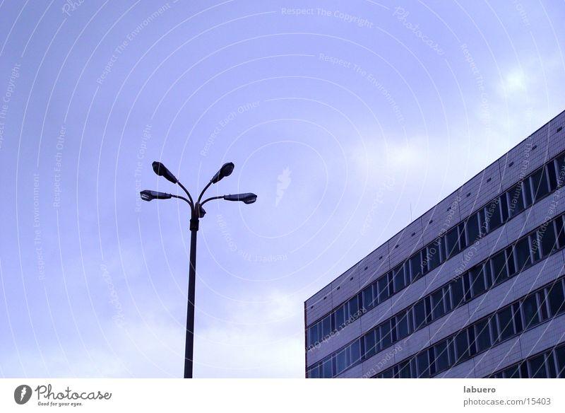 Ostblock grau Architektur Hochhaus trist Laterne Straßenbeleuchtung Block Bürogebäude Sowjetunion