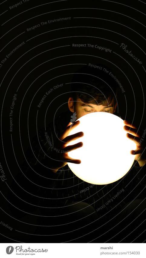 Was bringt die Zukunft? Blick Glaskugel antizipierend dunkel Licht unheimlich Erwartung Fragen Mann Mensch Hoffnung future Lampe hope