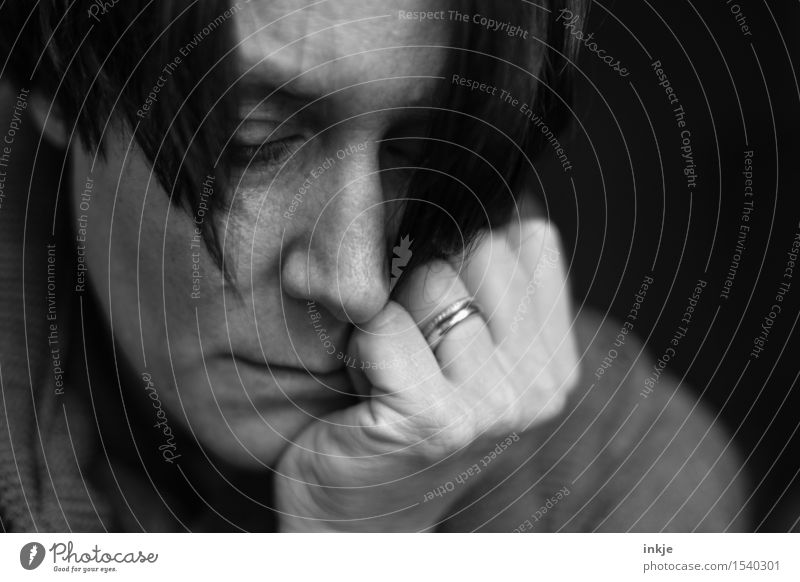 Trauriges Frauenportrait Lifestyle Erwachsene Leben Gesicht 1 Mensch 30-45 Jahre Denken Traurigkeit warten dunkel trist Gefühle Stimmung Sorge Trauer