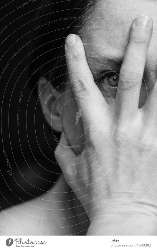 grausam | nicht hinsehen können Frau Erwachsene Leben Gesicht Auge Hand 1 Mensch Blick gruselig Trauer schuldig Scham Reue Hemmung Angst Schüchternheit