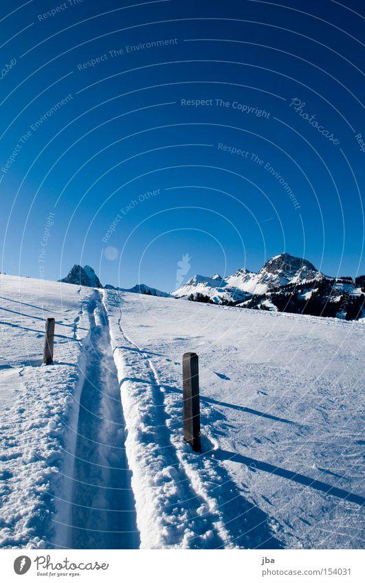 offroad Schnee weiß Berge u. Gebirge Spuren Skifahren Skispur gleiten Zaun Zaunpfahl Holzpfahl Schatten Schneelandschaft Landschaft