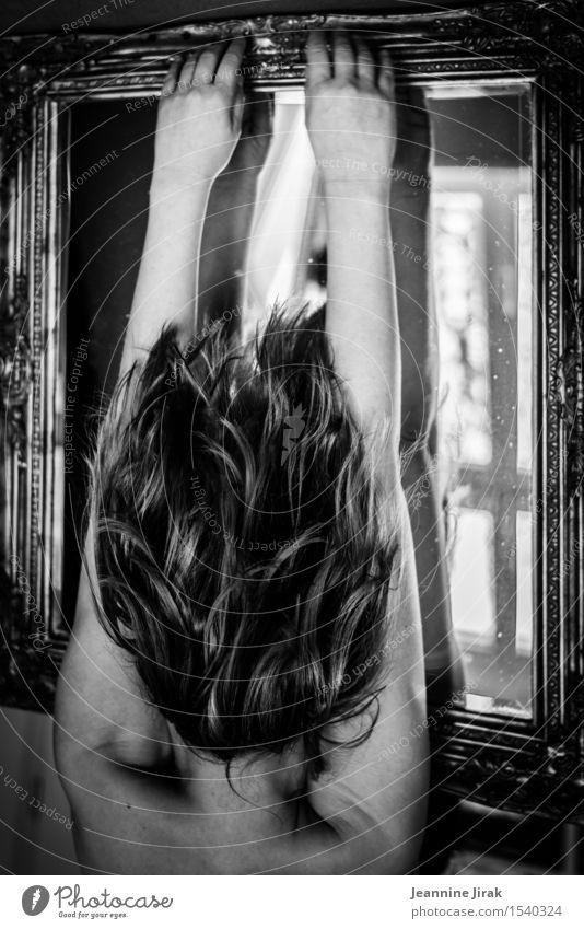 Illusion Haare & Frisuren Innenarchitektur Spiegel Friseur feminin Kopf Rücken Arme fallen festhalten hängen eckig nackt Energie Entschlossenheit Identität