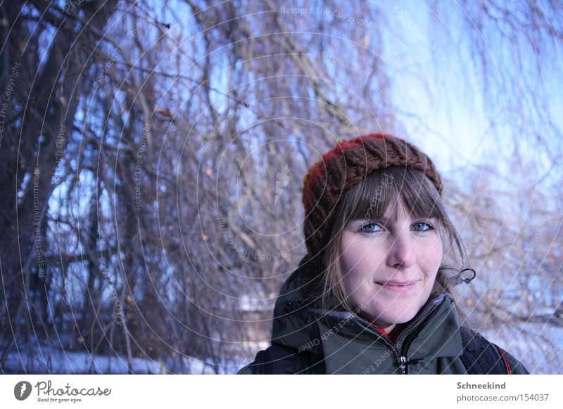Wandertag Frau Baum blau Winter Wald kalt Schnee Landschaft Eis Spaziergang Dame Mütze Schneelandschaft Jahreszeiten