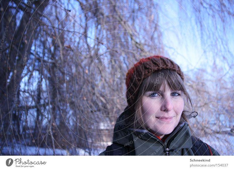 Wandertag Spaziergang Winter Schneelandschaft Frau Dame Baum Wald Eis Mütze kalt blau Landschaft
