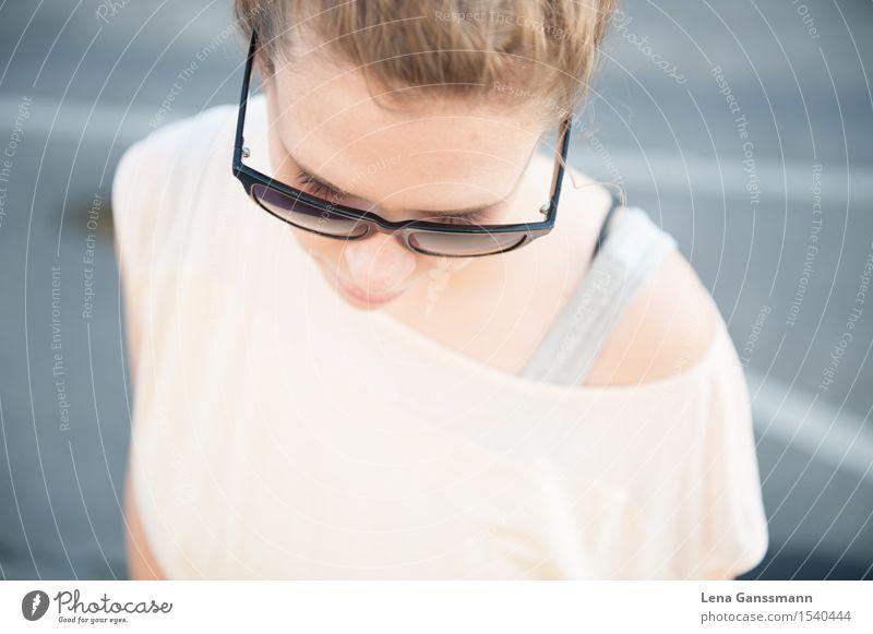 Schöne Frau mit Sonnenbrille guckt runter Gesundheit Zufriedenheit ruhig Ferien & Urlaub & Reisen Tourismus Sommer Sommerurlaub Sonnenbad Mensch feminin