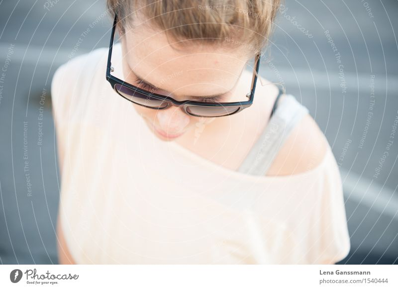 Schöne Frau mit Sonnenbrille guckt runter Mensch Ferien & Urlaub & Reisen Jugendliche Sommer Junge Frau Erholung Erotik ruhig 18-30 Jahre Erwachsene feminin