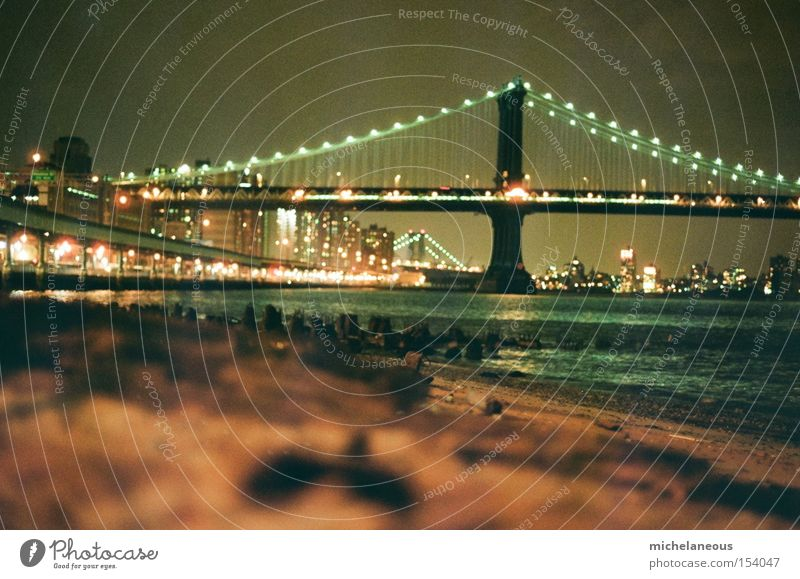 ausruhen vom stress der stadt. Wasser Stadt Strand ruhig Küste Brücke Flussufer New York City Brandung Manhattan USA East River