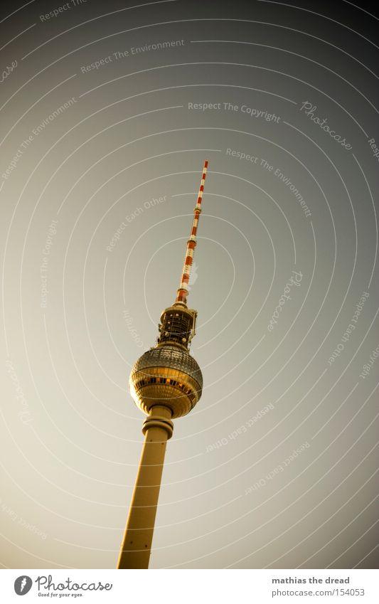 GROßER BRUDER Berliner Fernsehturm Funkturm Alexanderplatz Berlin-Mitte Wahrzeichen hoch Turm Kugel mystisch Sonnenuntergang schön Idylle Denkmal Himmel