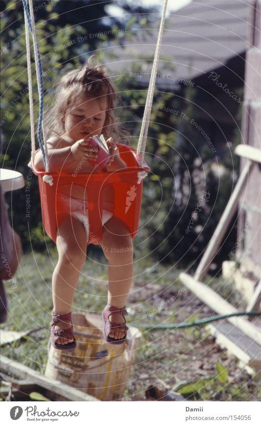 Abhängen am Bau... Hand Mädchen Sommer ruhig Erholung Kind Buch lernen süß lesen Baustelle Bildung Kleinkind Schuhe Schaukel Interesse