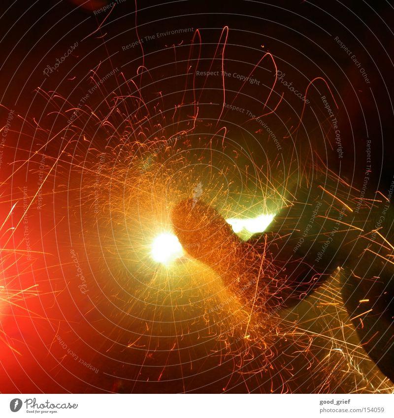 hot feet Fuß Brand Feuer gefährlich bedrohlich Silvester u. Neujahr heiß Licht Feuerwerk brennen laut Funken Glut