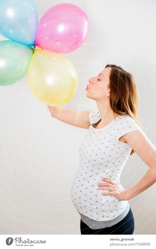 Schwanger Mensch Frau Jugendliche Junge Frau Gesunde Ernährung Freude Erwachsene Leben Lifestyle Zufriedenheit Fröhlichkeit Lebensfreude Luftballon Mutter