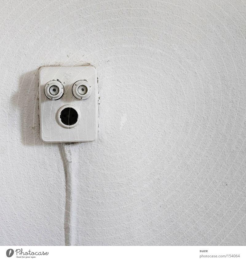 Der Schrei Saft Gesicht Kabel Technik & Technologie Auge Mund weiß Wand Elektrizität Raufasertapete Elektrisches Gerät Steckdose Energie Freude lustig schreien