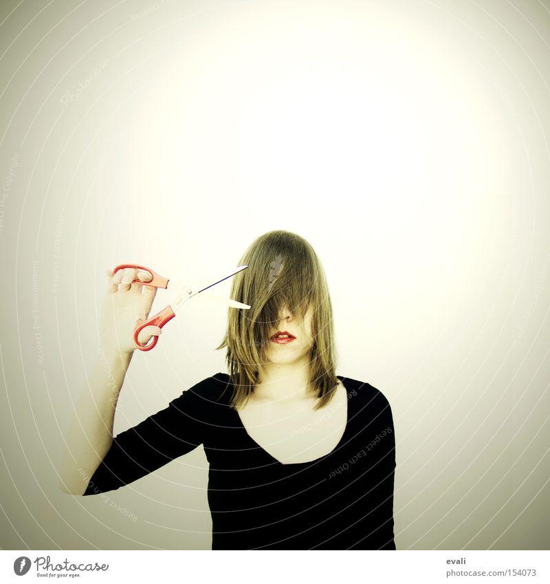 Your hair was long when we first met Frau rot schwarz Gesicht Erwachsene Haare & Frisuren geschnitten Behaarung Schlag Schere Porträt Werkzeug