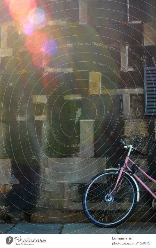 Reiseträume schön Freude Lampe Wand träumen Mauer Zufriedenheit Fahrrad warten rosa Freizeit & Hobby Sehnsucht Fernweh Blendenfleck Lichtstrahl