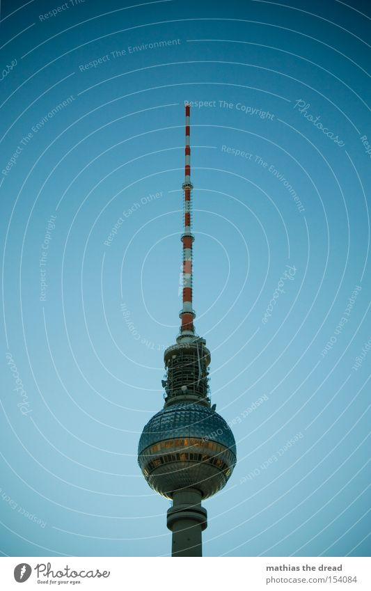 GROßER BRUDER Funkturm Berlin Alexanderplatz Berlin-Mitte Wahrzeichen hoch Kugel mystisch blau schön Idylle Himmel Silhouette Denkmal Berliner Fernsehturm Turm