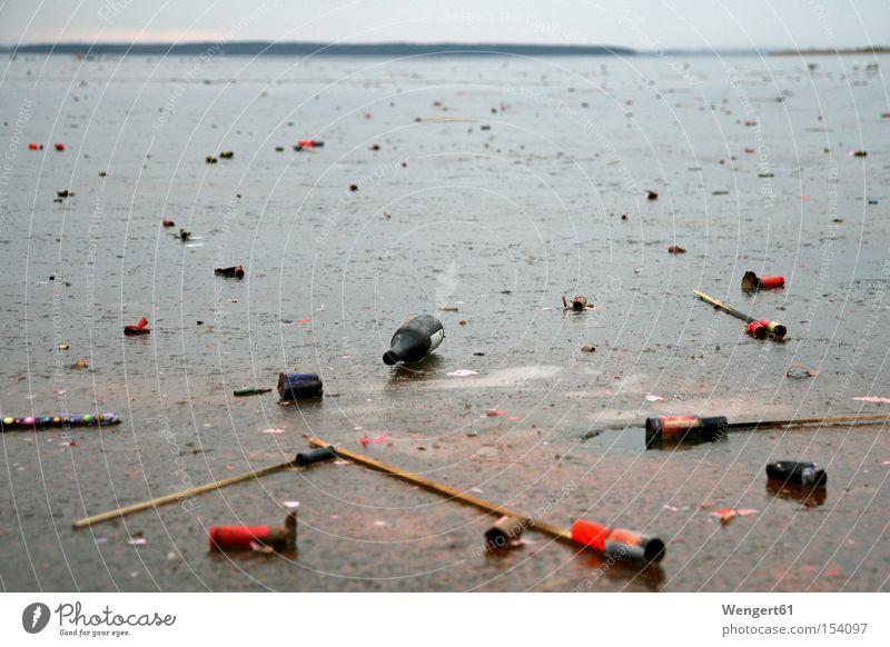Neujahrsmorgen Eis Meer Winter Feuerwerk Silvester u. Neujahr Müll Vergänglichkeit verkatert rot grau blau kalt Haff Knallkörper