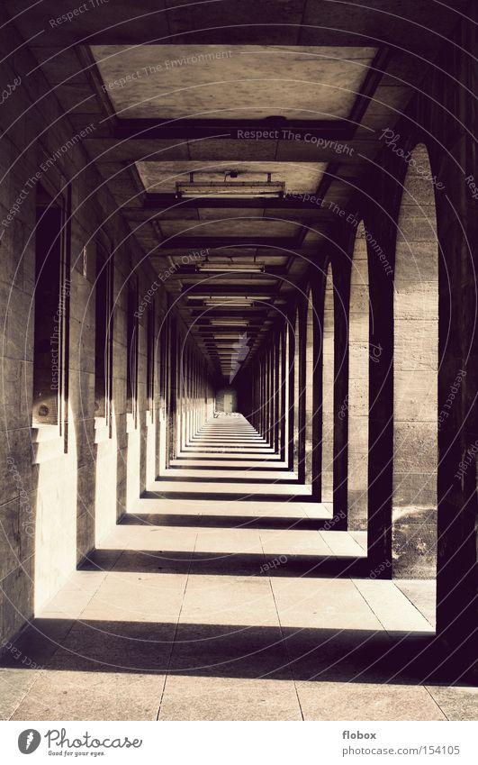 Endlosigkeit Tunnel Säule Gang Unendlichkeit Schatten Licht Flur Tor Eingang Geometrie Symmetrie Torbogen antik historisch Gotteshäuser